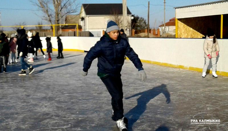 В Малых Дербетах официально открыли сезон катания на коньках (ФОТОРЕПОРТАЖ)